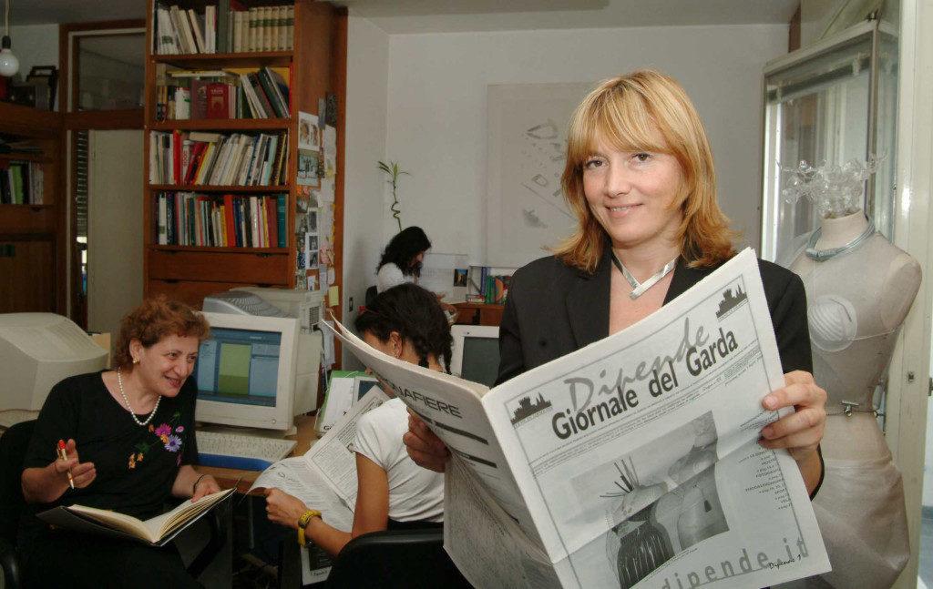 DESENZANO DEL GARDA 02/07/2004 DONNE VOLONTARIATO - NO PROFIT - REDAZIONE GIORNALE LOCALE - FOTO CAVICCHI/NEWPRESS