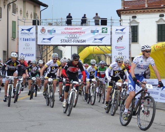 Gilberto Simoni vincitore di due Giri DItalia in azione alla partenza della Southgardabike