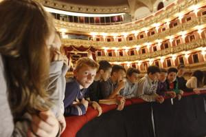 Bambini guardano nel golfo mistico al Filarmonico_FotoEnnevi_1187